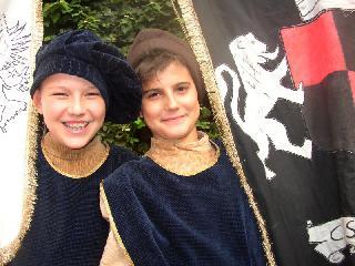 Bambini con gli stendardi del corteo storico